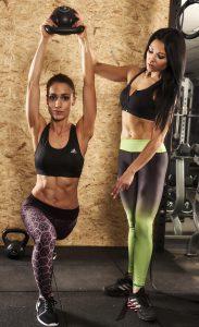 Stark werden, Personal Trainer Oxana Hegel im Studio21 in Nürnberg mit einer Kundin beim Fitness