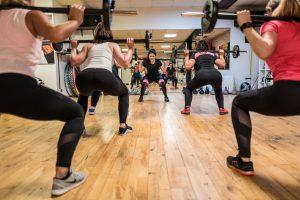 Fotoshooting im Fitnessstudio Studio21 in Nürnberg mit Fitness, Gewicht reduzieren Model Oxana und einigen fitten Mädels im Kursraum mit Langhanteln