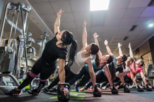 Stoffwechsel, Fotoshooting für Pilates im Fitnessstudio Studio21 in Nürnberg mit Fitness Model Oxana und einigen fitten Mädels bei einer Übung